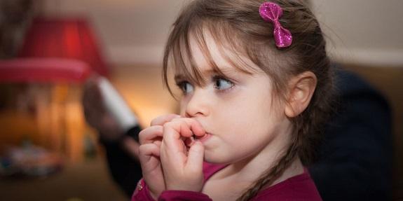 اسباب قضم الأظافر عند الأطفال